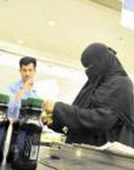 """داعية سعودي يحرّم التعامل مع متاجر وظفت سيدات بمهنة """"كاشير"""""""
