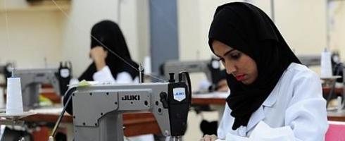 نظام «العمل» لا يجبر المرأة السعودية على الاستمرارية في عملها بالمشاغل