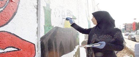 فلسطينيات يروين قصصا تنشر على الجدار