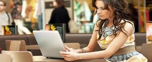 نساء مصريات يلجان الى تجارة الانترنت هربا من البطالة
