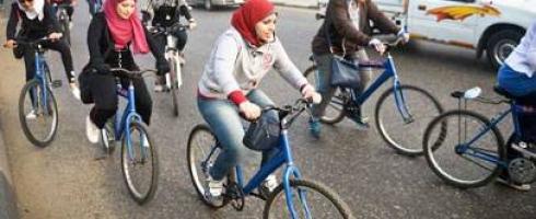 فتيات في غزة يتحررن من القيود بركوب الدراجات