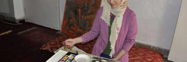 لاجئة أفغانية في باكستان تستخدم الرسم لمواجهة اليأس