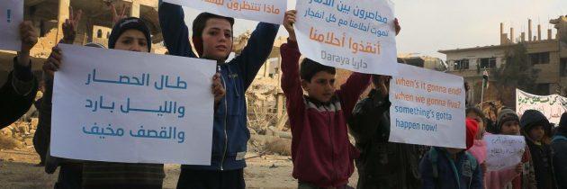 بالصور .. أطفال داريا يعتصمون للمطالبة بفك حصار النظام السوري