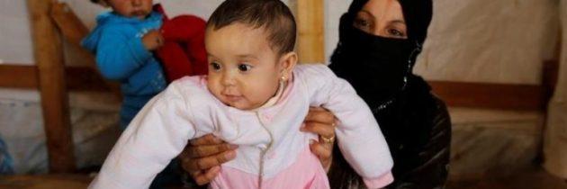 الرقة: أمهات يلجأن لحلول بدائية لتغذية وتنظيف أطفالهن